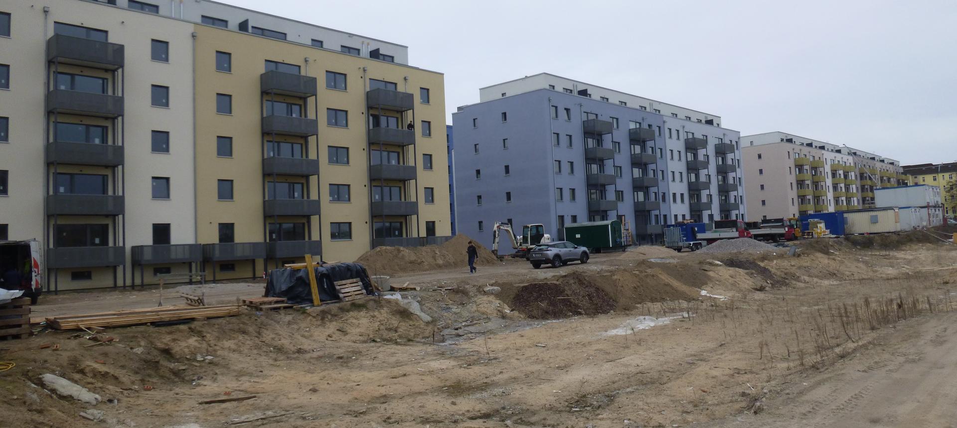 Blick auf die Blockrandbebauung, während Fertigstellung der Außenanlage - Fließstraße, Hasselwerderstraße