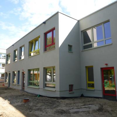 Blick auf den Neubau. Im Hintergrund das Bestandsgebäude in der Goeckestraße