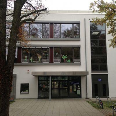 Haupteingang des Schulneubaus (Hauptgebäude)