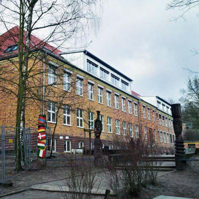 Dach der Grundschule Potsdam nach Modernisierung und Ausbau